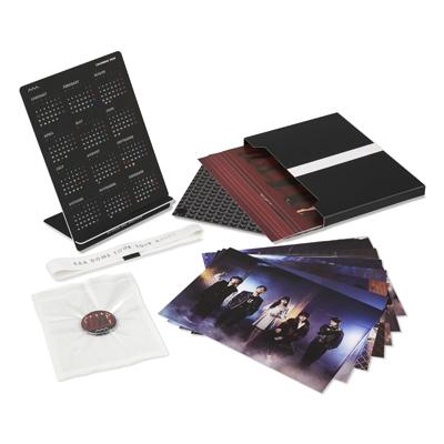 【+PLUS BOX仕様】A4フォトカード14枚セット(カレンダー付フォトスタンド+缶バッジ全12種 ※ランダム封入)